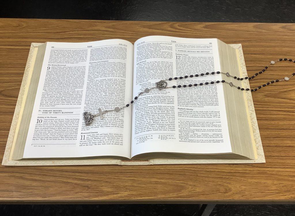 聖書とロザリオの画像
